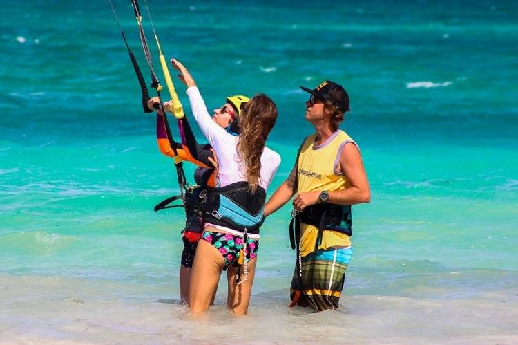 Go kitesurf with the instructor to learn the basics
